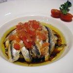 lomitos de sardina con crema de manzana y vinagreta de tomate