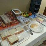 Desayuno: Bollería de bolsa (bastante mala), algo de fruta, pan, jamón, queso, mantequilla, etc.