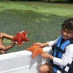 Chano y mi hija con las estrellas de mar