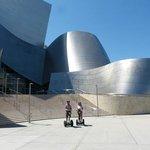 Devant le Walt Disney Concert Hall
