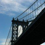 Williamsburg Bridgeをくぐります