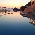 La piscine de l'hôtel à la tombée de la nuit