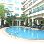 ホテルの真ん中に位置するプール
