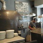 Alberto officiant près du four à pizza venu d'Italie