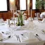 Festlich dekorierter runder Tisch