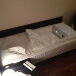 Bett (2.5 Macbooks breit)
