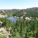 Blick vom Felsen hinter der Lodge auf den Sylvan Lake