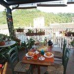 Petit déjeuner de rêve sur la terrasse avec une vue sur les monuments et la campagne