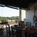 Petit déjeuner de rêve sur la terrasse avec une vue sur la Torre dell Olio