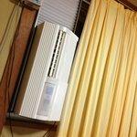 エアコンは窓に取付けタイプでした