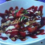 Vanilleeis mit Erdbeeren und gerösteten Mandeln