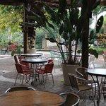 Mesas do lado externo do restaurante.