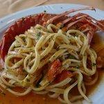 Tagliolini con una gigantesca mezza aragosta nel mezzo (l'altra metà sta nel piatto della mia me