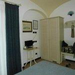 Habitacion, placard (dentro frigobar y caja fuerte) y pequeña TV.