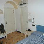 Entrada a la habitacion y debajo del aire acondicionado puerta hacia el baño