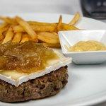 Hamburguesa de solomillo de retinto con queso brie y cebolla caramelizada