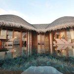 Water villa : chambre dans la partie gauche, salle de bain dans la partie droite