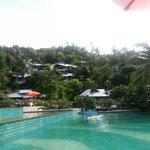 depuis le bord de la piscine les bungalows avec piscine privée ou bains à bulles à flanc de coll