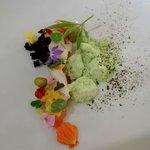 Voorgerechtje met zalm en kruiden uit eigen tuin