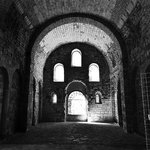 Interior de la gran iglesia románica del monasterio viejo en una tarde de verano