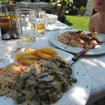 gamberoni alla griglia e filetto di pollo con salsa di funghi