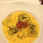 Raviolis de bogavante y viera con salsa de azafran