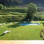 Zwembad in de tuin van het hotel