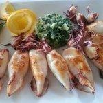 Кальмары, картофельное пюре и шпинат