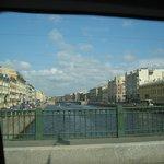 Un canal sous le soleil vu de la voiture