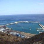 widok na pobliski port jachtowy