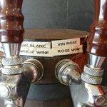 Le vin est servi au robinet...