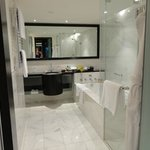 luxurious bathroom, great soaker tub