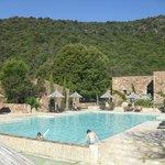 La piscine  et la vue sur les collines