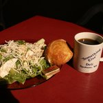Romaine, chicken, almonds sesame seeds & rice sticks w/Oriental dressing