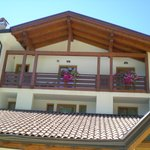 il grande balcone della suite visto dalla piscina