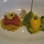 Gourmet-Menü Wildlachs und Eis auf grünem Spargel