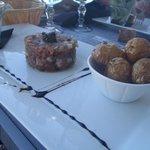 Duo de tartares de poissons. Salade et Pommes grenailles