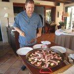 buena paella, servida por el propio cheff