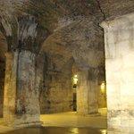 Colunas e paredes preservadas do palácio Diocleciano