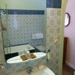 La salle de bain...sans porte ! (à droite, ce que l'on voit, c'est la chambre !)