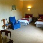 Chambre assez spacieuse et relativement confortable