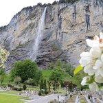 Uma das lindas quedas d'água da encantadora Lauterbrunnen