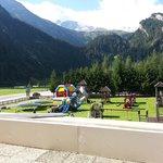 vista sul giardino dalle camere e anche dal ristorante-parco giochi dell'Hotel Hintertuxerhof