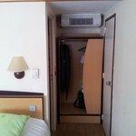 Autre vue de la chambre avec placard et port de la salle de bain
