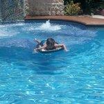 Andres Felipe, feliz en la piscina del hotel