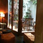 salon bar et petite terrasse