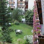 Die Balkons des Hotels Jägerhof und kleine Wiese neben dem Hotel