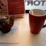 Café e muffin da Back-Factory da Brunnenstrasse, próximo ao metrô Rosenthalerplatz.