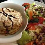 Camembert rôti aux lardons, salade.
