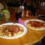 Ricas Pizzetas acompañadas con sangria preparada